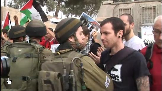 Un jeune Israélien anticolonialiste affronte l'armée d'occupation