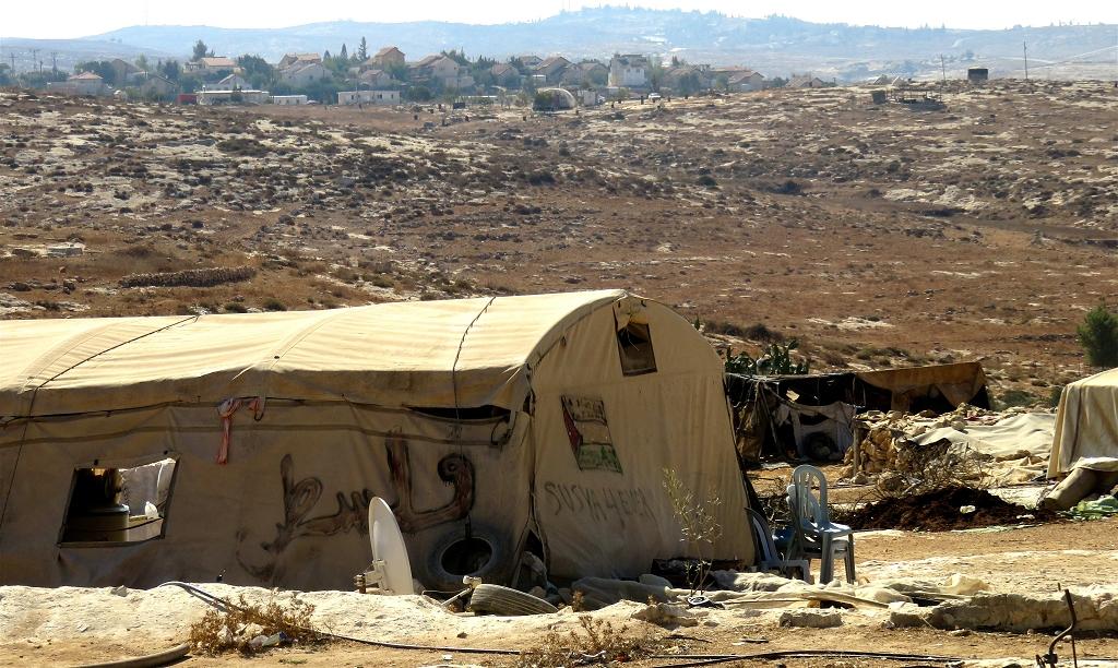 Sussyia : collines au sud de Hébron, au fond une colonie. Oct 2016