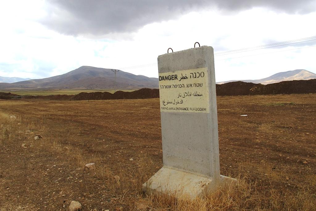 Vallée du Jourdain : mur de terre pour interdire les déplacements des tracteurs